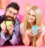 Les couples détendent dans le matin avec du café Concept de tradition de famille Couples en café de boissons d'amour dans le lit  images libres de droits