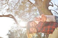 Les couples détendent sous l'arbre Style de beaux-arts Jardin olive Photographie stock libre de droits