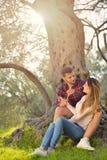 Les couples détendent sous l'arbre Style de beaux-arts Jardin olive Photographie stock