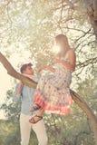Les couples détendent sous l'arbre Style de beaux-arts Jardin olive Photos libres de droits