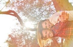 Les couples détendent sous l'arbre Style de beaux-arts Jardin olive Image libre de droits