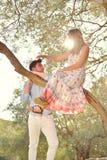 Les couples détendent sous l'arbre Style de beaux-arts Jardin olive Photo libre de droits