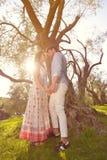 Les couples détendent sous l'arbre Style de beaux-arts Jardin olive Photo stock