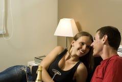 Les couples détendent sur le bâti avec Champagne - horizontale Photo stock