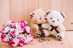 Les couples d'étreinte soutiennent dans l'amour, fond de vintage de style Images libres de droits