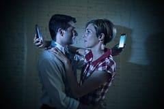 Les couples d'amants de l'Internet et du téléphone portable s'adonnent à s'ignorer Photos stock