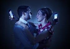 Les couples d'amants de l'Internet et du téléphone portable s'adonnent à s'ignorer Photographie stock