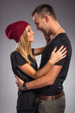 Les couples d'amour, embrassent le studio Photos libres de droits