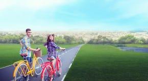 Les couples d'amour marchent sur le voyage romantique de vélos de vintage Images libres de droits