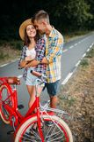 Les couples d'amour marchent sur le voyage romantique de vélos de vintage Photo stock