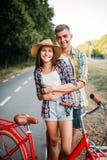 Les couples d'amour marchent sur le voyage romantique de vélos de vintage Photographie stock