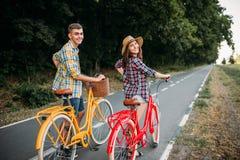 Les couples d'amour marchent sur le voyage romantique de vélos de vintage Image stock