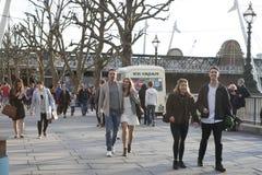 Les couples d'amoureux flânent le long du Southbank de la Tamise dans Images stock