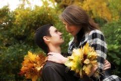 les couples d'automne stationnent des jeunes Photographie stock