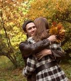 les couples d'automne stationnent des jeunes Photo stock