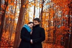 les couples d'automne stationnent des jeunes Type mignon et une fille marchant ensemble Photo libre de droits
