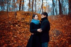 les couples d'automne stationnent des jeunes Type mignon et une fille marchant ensemble Photo stock