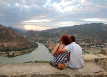 Les couples d'embrassement sur la plate-forme d'enquête du monastère de Jvari photos libres de droits