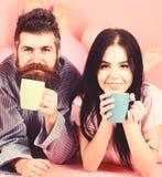 Les couples d?tendent dans le matin avec du caf? Concept de tradition de famille Homme et femme sur la configuration de sourire d photographie stock libre de droits