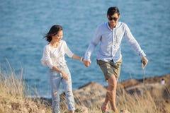 Les couples d'un plus jeune homme et d'une femme dans des vacances de détente d'amour se surpassent Photos libres de droits