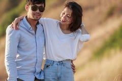 Les couples d'un plus jeune homme et d'une femme dans des vacances de détente d'amour se surpassent Photographie stock libre de droits
