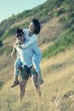 Les couples d'un plus jeune homme et d'une femme dans des vacances de détente d'amour se surpassent Images libres de droits