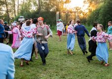 Les couples, dans des costumes nationaux, tourbillonnent dans la danse photographie stock libre de droits