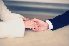 Les couples dans l'amour, équipent tiennent doucement la main d'une femme Images stock