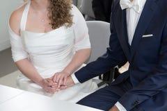 Les couples dans l'amour, équipent tiennent doucement la main d'une femme Image stock