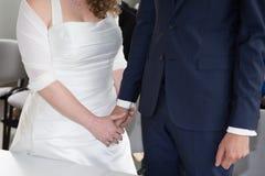 Les couples dans l'amour, équipent tiennent doucement la main d'une femme Photo libre de droits