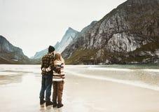 Les couples dans l'amour étreignant sur la mer échouent en Norvège Images stock