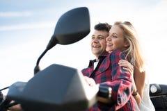 Les couples dans l'amour appréciant un vélo de quadruple montent dans la campagne Photos stock
