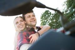 Les couples dans l'amour appréciant un vélo de quadruple montent dans la campagne Photo libre de droits