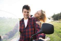 Les couples dans l'amour appréciant un vélo de quadruple montent dans la campagne Images stock
