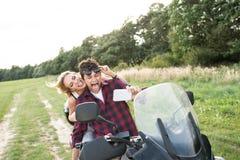 Les couples dans l'amour appréciant un vélo de quadruple montent dans la campagne Photo stock