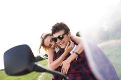 Les couples dans l'amour appréciant une motocyclette montent dans la campagne Images libres de droits
