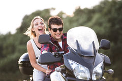 Les couples dans l'amour appréciant une motocyclette montent dans la campagne Photo libre de droits