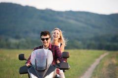 Les couples dans l'amour appréciant une motocyclette montent dans la campagne Photographie stock