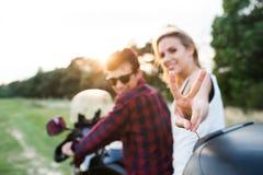 Les couples dans l'amour appréciant une motocyclette montent dans la campagne Image stock