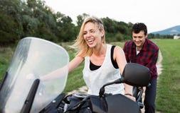 Les couples dans l'amour appréciant une motocyclette montent dans la campagne Photographie stock libre de droits