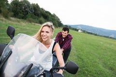 Les couples dans l'amour appréciant une motocyclette montent dans la campagne Photos libres de droits