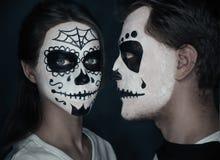 Les couples dans l'amour avec Halloween font face à l'art Photographie stock