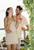 Les couples dans l'amour ayant spritz le temps avec la vue de lac Photo stock