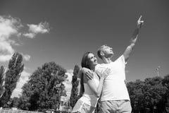 Les couples dans l'amour détendent après séance d'entraînement Image libre de droits