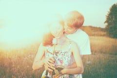 Les couples dans l'amour dans le domaine de blé en été Photo stock