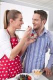 Les couples dans l'amour faisant cuire ensemble dans la cuisine et ont l'amusement Images stock