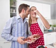 Les couples dans l'amour faisant cuire ensemble dans la cuisine et ont l'amusement Image stock