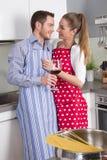 Les couples dans l'amour faisant cuire ensemble dans la cuisine et ont l'amusement - au sujet de Photographie stock libre de droits