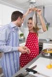 Les couples dans l'amour faisant cuire ensemble dans la cuisine et ont le duri d'amusement Images stock