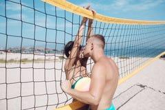 Les couples dans l'amour jouent au volleyball sur la plage ensoleillée Vacances et voyage d'été en vacances à Miami Amour et flir Photos stock